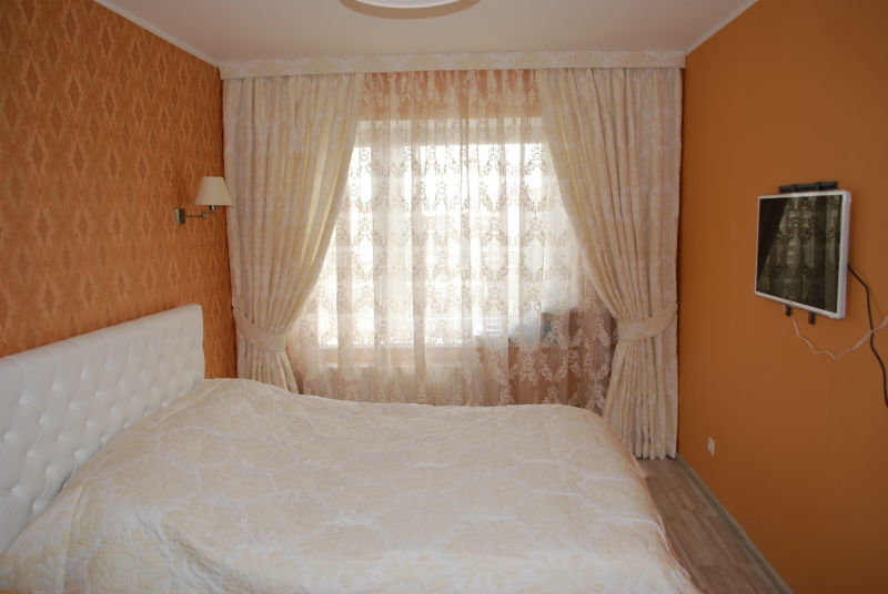 balti guļamistabas aizkari